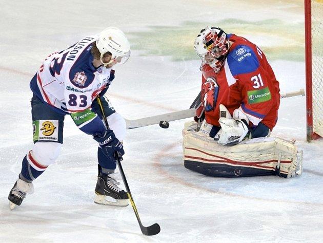 Brankář Lva Praha Jakub Štěpánek kryje střelu Matta Ellisona z Novgorodu.