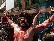 Tisíce věřících prošly ulicemi jeruzalémského Starého Města, aby si připomněly Kristovu cestu utrpení a smrt na kříži na Velký pátek
