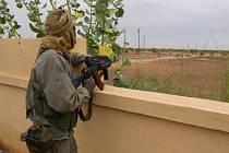 Francouzští a maliští vojáci po noční letecké a pozemní operaci získali kontrolu nad letištěm v maliském Timbuktu.