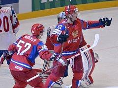 Hokejisté Ruska porazili ve čtvrtfinále mistrovství světa Norsko 5:2. Na snímku se ruští hráči (zleva) Sergej Širokov a Nikolaj Žerděv radují z gólu.