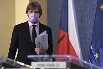Ministr zdravotnictví Adam Vojtěch přichází na tiskovou konferenci po schůzi vlády 4. května 2020 v Praze