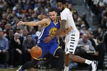 Stephen Curry z Golden State (vlevo) a Will Barton z Denveru.