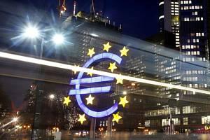 Znak eura před budovou Evropské centrální banky ve Frankfurtu. Ilustrační foto