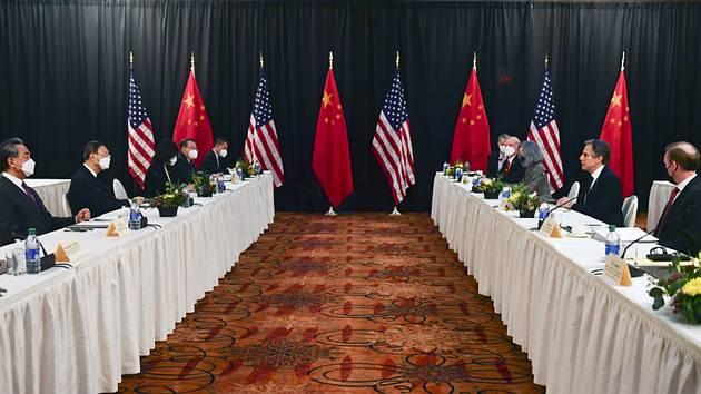 Americký ministr zahraničí Antony Blinken (vpravo uprostřed) a Jang Ťie-čch' (vlevo uprostřed) z vedení čínské komunistické strany při jednání v aljašském městě Anchorage 19. března 2021