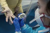 Zdravotnice měří obsah cukru v krvi na infekčním oddělení Krajské nemocnice v Liberci, kde se starají o pacienty s covidem-19