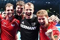 Radost německých stolních tenistů. Zleva Timo Boll, , Dimitrij Ovtcharov, kouč Joerg Rosskopf a Bastian Steger.