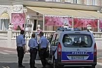 Policie před hotelem Carlton v Cannes vyšetřuje krádež šperků.