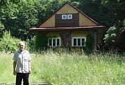Vysloužilý horník Jan Šerk u Bezručova srubu na Ostravici