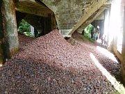 Důlní závod Rolava: cínová ruda pod násypkami