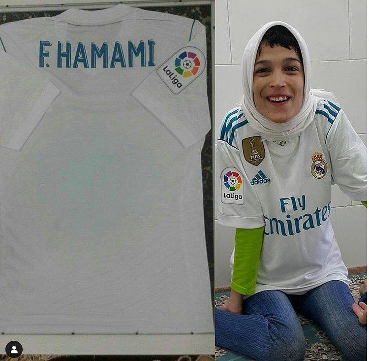 Umělkyně Fatemeh v dresu Realu Madrid.