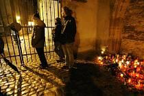 Lidé se začali shromažďovat 21. prosince u centra Pražská křižovatka, aby se zúčastnili průvodu za rakví zesnulého bývalého prezidenta Václava Havla na Pražský hrad, k němuž vyzvala občany Dagmar Havlová.