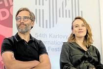 Filmový debutant. Jiří Havelka s jednou z hereček své komedie Terezou Voříškovou.