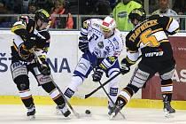 Jan Hruška z Brna (uprostřed) se snaží prosadit proti hokejistům Litvínova.