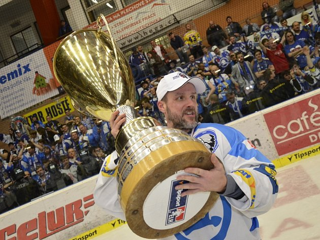 Ikona Plzně Martin Straka s pohárem pro vítěze extraligy.