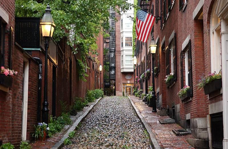 Oběti Bostonského škrtiče žily většinou ve starých cihlových činžovních domech patřících městu. Vrah pronikal do bytů pod záminkou, že ho posílá správce domů kvůli opravám nebo údržbě
