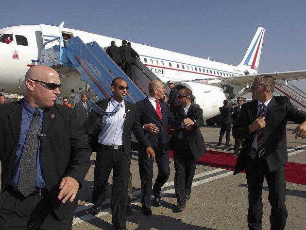 Izrael se se Sarkozym rozloučil smrtí vojáka. Premiér Ehud Olmert (uprostřed) byl po výstřelu ochrankou okamžitě odveden do auta.