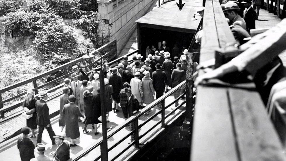 Druhý východ ze stanice metra, kde došlo k vraždě, šipka ukazuje místo, kudy prchal vrah