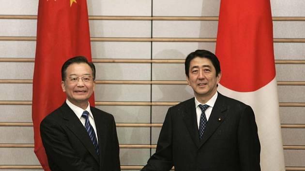 Čínský premiér Wen Jiabao (vlevo) a premiér Japonska Shinzo Abe.