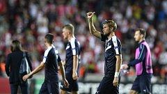 Jaroslav Plašil zdraví diváky po konci utkání v Edenu. Jeho Bordeaux zde v prvním kole Evropské ligy prohrálo 0:1.