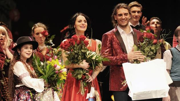 Jan Kopečný (s kyticí) po představení Čas Růží