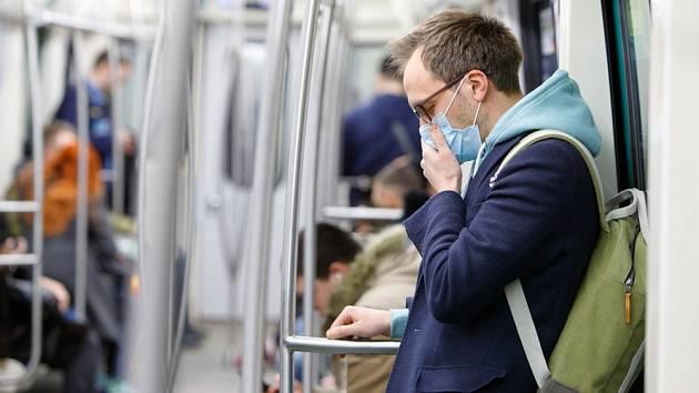 Mezi příznaky onemocnění patří suchý kašel, dušnost, únava a horečka.