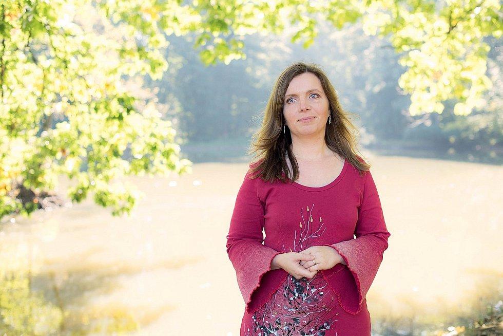 Marcela Pospíšilová, lektorka prožitkových seminářů, kurzů arituálů s16letou praxí, která také vydala meditační nahrávku Vnitřní dítě akarty Smrti aZrození.