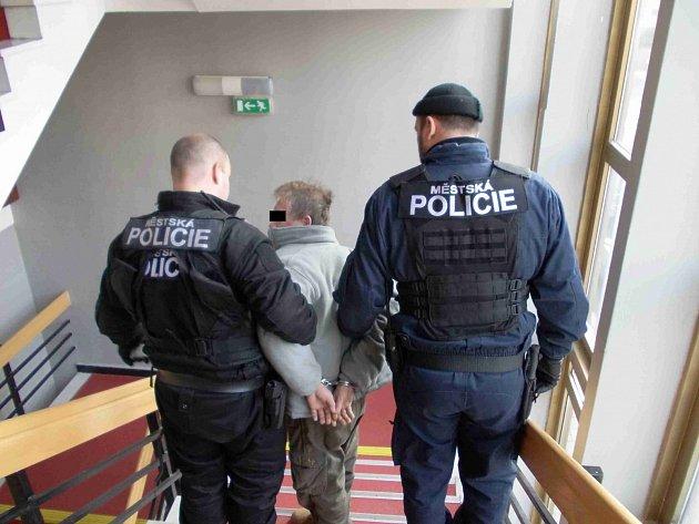 V prosinci roku 2011 zdemoloval dvaapadesátiletý muž kancelář na Úřadu práce v Mostě. Dožadoval se výplaty sociální dávek, když mu je pracovnice nechtěla přiznat, začal vyvádět. Zasáhnout musela policie, která muže odvedla v poutech.