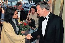 Kryštof Mucha se zdraví s herečkou Jacqueline Bissetovou, která byla hostem karlovarského festivalu před čtyřmi lety
