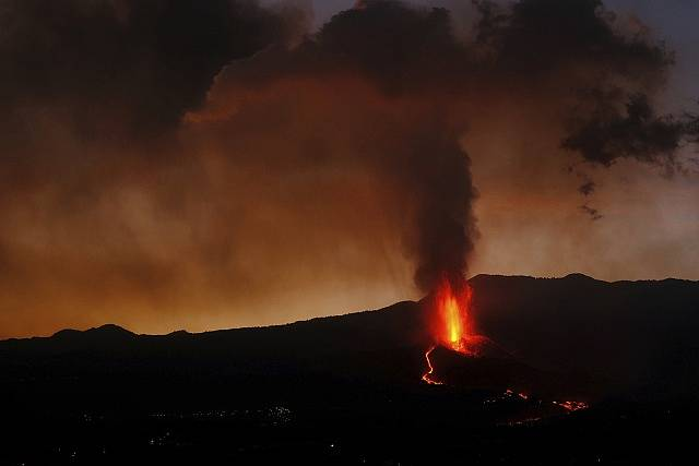 Sopka na španělském ostrově La Palma stále chrlí lávu