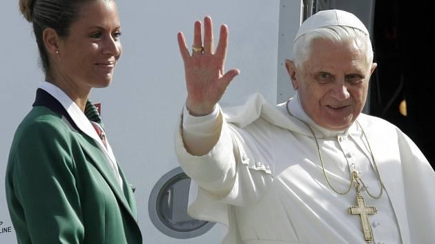 Papež přistál na letišti krátce před polednem.