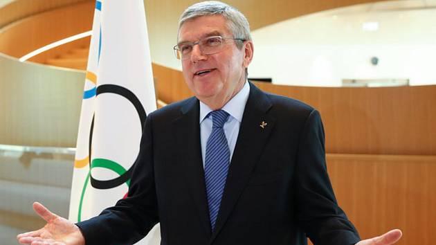 Předseda Mezinárodního olympijského výboru Thomas Bach informuje 25. března 2020 v Lausanne o odložení olympijských her v Tokiu.