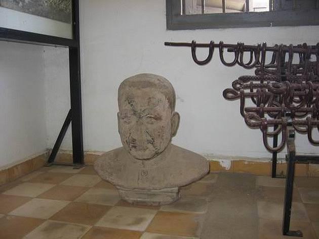 Pol Potova busta v Muzeu genocidy