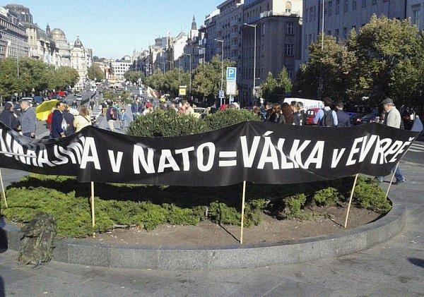 Vystoupení Česka zNATO požadovali demonstranti na dnešní protestní akci, kterou svolala iniciativa Ne základnám 28.září na pražské Václavské náměstí.