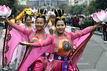 Centrem Prahy prošel a zahrál 2. září pochodový orchestr Tian Guo Marching Band, který tak chtěl upozornit na bezpráví čínského režimu. Soubor je složený z různých etnik z deseti evropských zemí. Na snímku jsou tanečnice v průvodu.