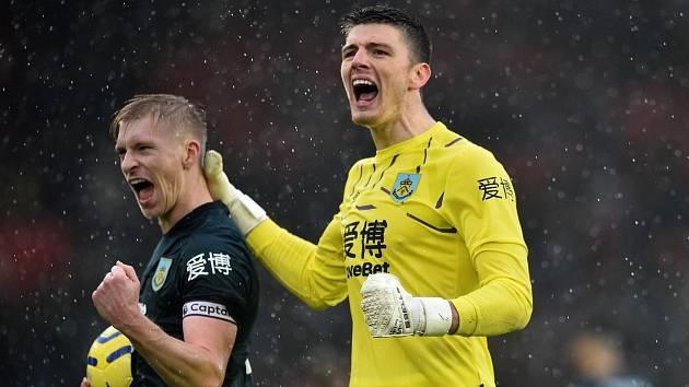 Útočník Matěj Vydra (vlevo) přijímá gratulace od gólmana Burnley Nicka Popea.
