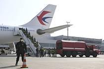 První letadlo se zdravotnickým materiálem z Číny přiletělo 20. března 2020 na pražské Letiště Václava Havla. Na snímku hasiči vykládají obsah letadla