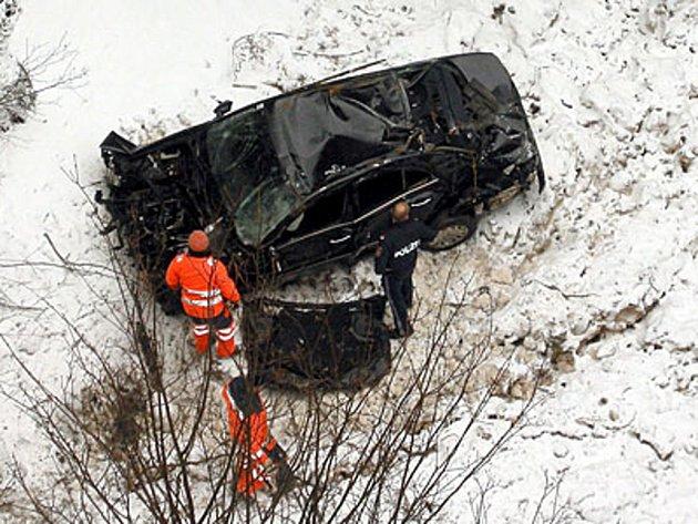 Pořádné štěstí dnes měla opilá řidička v Rakousku, která se ve štýrském Präbichlu se svým vozem zřítila z mostu. Šedesátimetrový pád podle agentury APA přežila jen s několika zlomeninami.