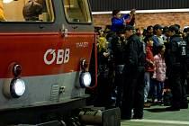 Rakouské dráhy ÖBB dnes kvůli dlouhotrvajícímu náporu běženců pozastavily vlakovou dopravu mezi Rakouskem a Maďarskem. Odřeknutí spojů, které ÖBB v prohlášení na svém webu vysvětlila jako následek masivního přetížení.