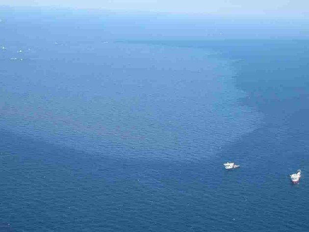 K pobřeží Spojených států se zatím nezadržitelně blíží obří ropná skvrna.