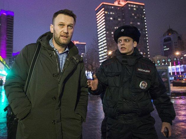 Ruská policie kvůli porušení podmínek domácího vězení zadržela v noci na dnešek opozičního předáka a populárního blogera Alexeje Navalného.