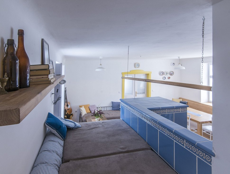 Klíčovým prvkem domu jsou kachlová kamna s pecí.