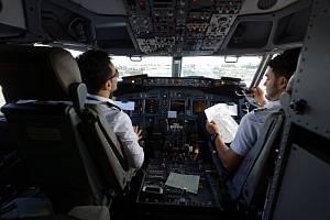 V kokpitu letadla společnosti Ryanair.
