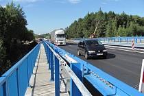 Další z dokončených mostů na nově budované rychlostní silnici R6 na Sokolovsku ulehčil řidičům. Je u bývalého Transmotelu a vede přes železniční trať Cheb – Karlovy Vary.