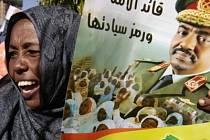Súdánka na demonstraci v Chartúmu odmítá obvinění Omara Bašíra haagským soudem.