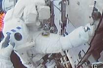 Astronaut Christopher Cassidy z raketoplánu Endeavour při výstupu do kosmu