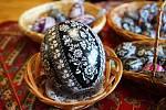 Škrabání kraslic před Velikonocemi. Ve Vacenovicích na Hodonínsku se tradici učí i nová generace.