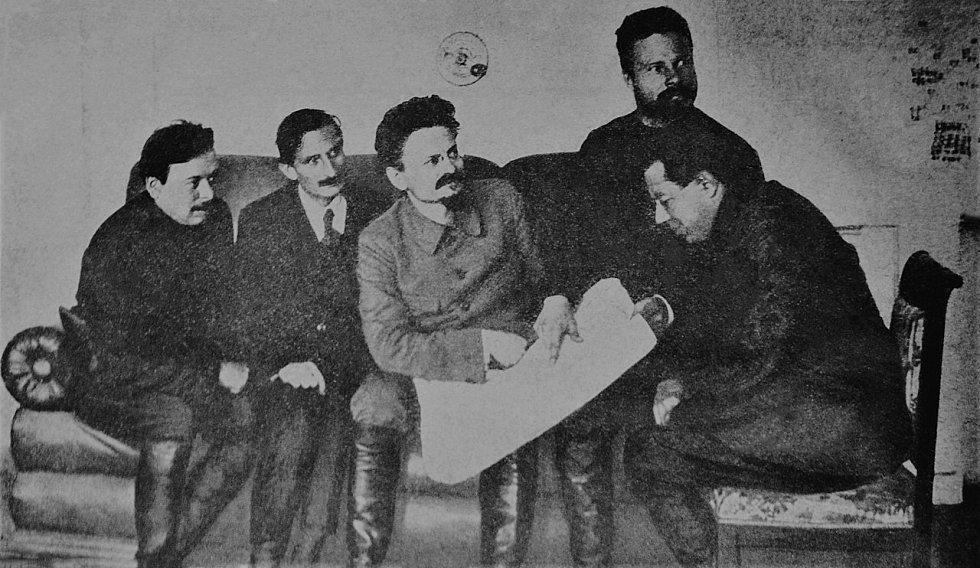 Béla Kun, Jacques Sadoul, Lev Trockij, Michail Frunze a Sergej Gusev v Charkově v roce 1920