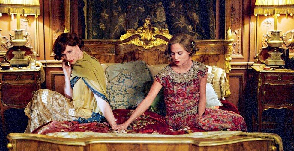 Dánská dívka - za postavu manželky transgenderové malířky Lili Elbe (Eddie Redmayne), která podstoupila operativní změnu pohlaví mezi prvními na světě, získala Oscara za vedlejší roli.