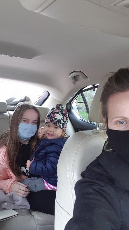 Shlídáním dvouleté Terezky pomáhá starší dcera Karolina. Někdy i na úkor školy. Řídíme se heslem: musíme si pomáhat.