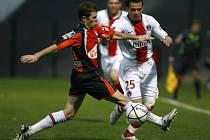 Jerome Rothen z Paris St. Germain (vpravo) v souboji s Christophem Jalletem z Lorientu. Lorient vyhrál 1:0.